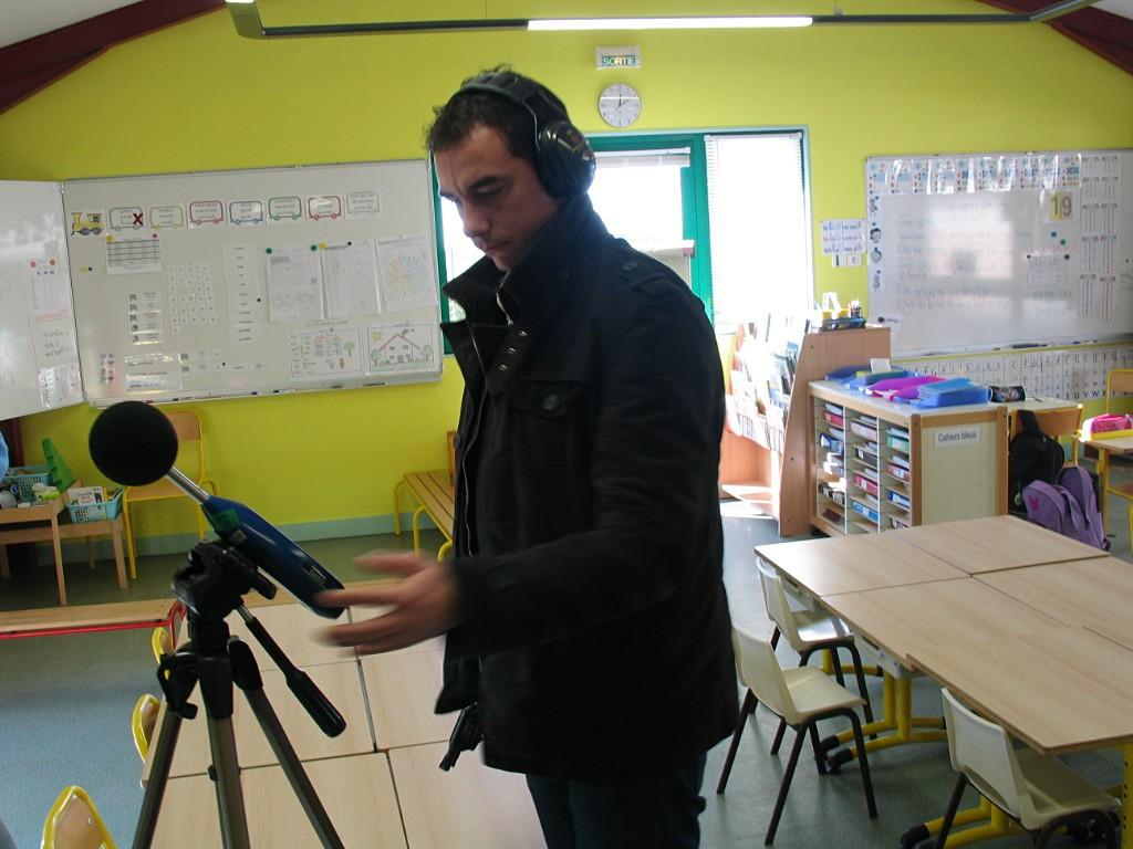 Pierrick Lidou, ingénieur acousticien, prend les mesures dans la salle de classe