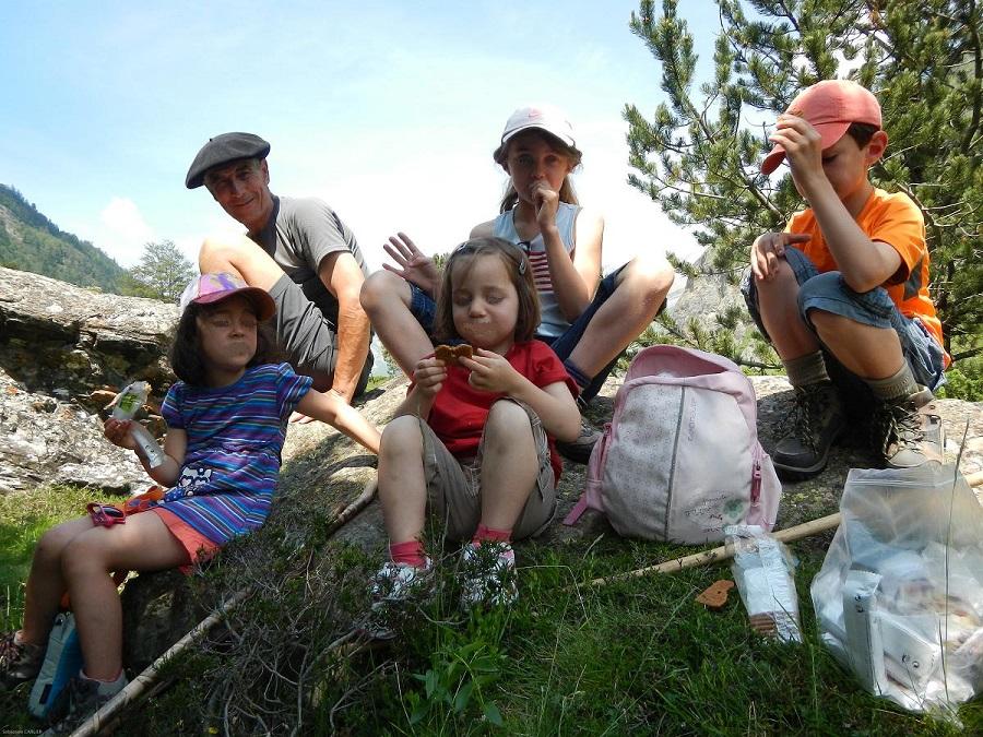 Louis Espinassous, en montagne avec un groupe d'enfants©S. Carlier