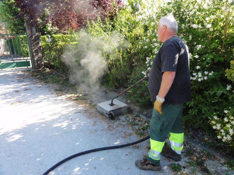 Les agents utilisent des techniques de désherbage thermique ou mécanique selon les espaces concernés©Pessac