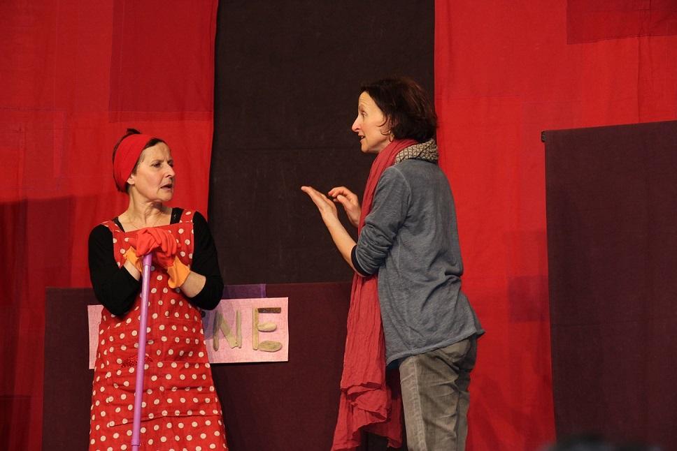 Une participante tente de convaincre la comédienne de changer ses produits ménagers © GRAINE Aquitaine
