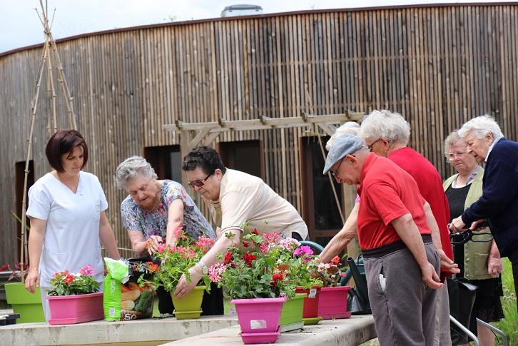 L'atelier jardinage avive les perceptions, la mémoire et apporte un bien être © GRAINE Aquitaine