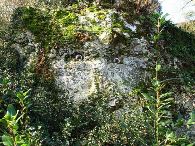 Un gardien bienveillant ou génie du lieu vous observe © Jardins Respectueux