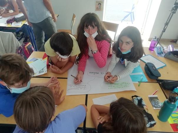 Les élèves couchent leurs réflexions sur des affiches © GRAINE NA